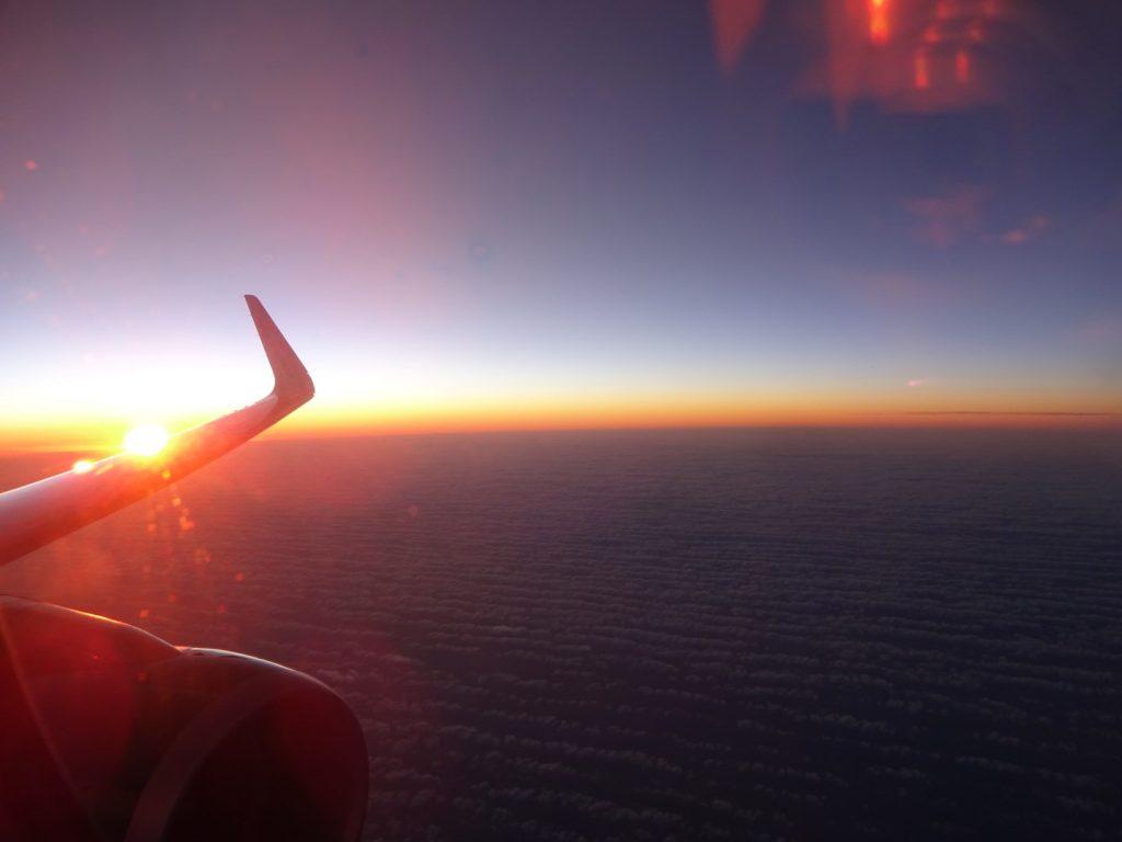 Sonnenuntergang Flugzeug über den Wolken