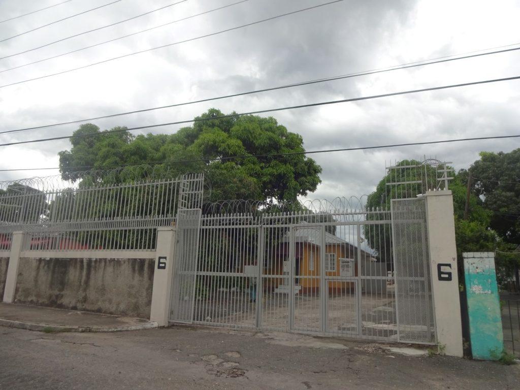 Stacheldraht Mauer Unterkunft Hostel Kingston Jamaika