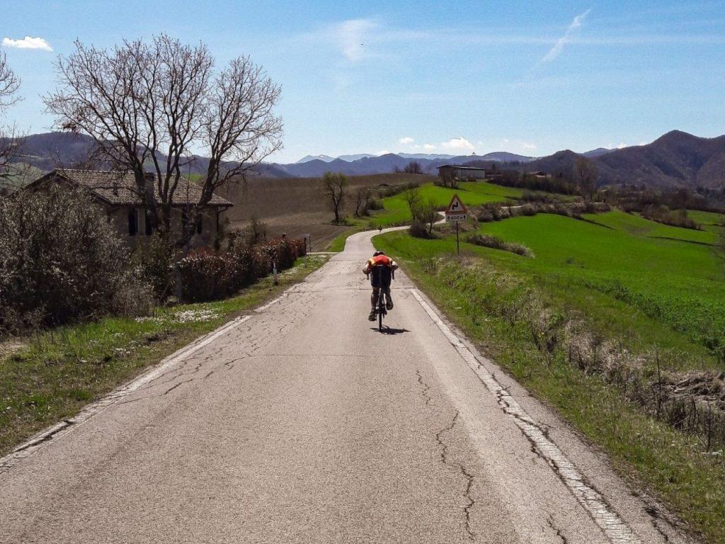 Optimale Sitzposition Rennrad bergab schnell aerodynamisch