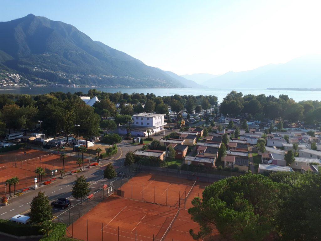 Blick Tennisplatz Campingplatz Lago Maggiore Tessin Schweiz